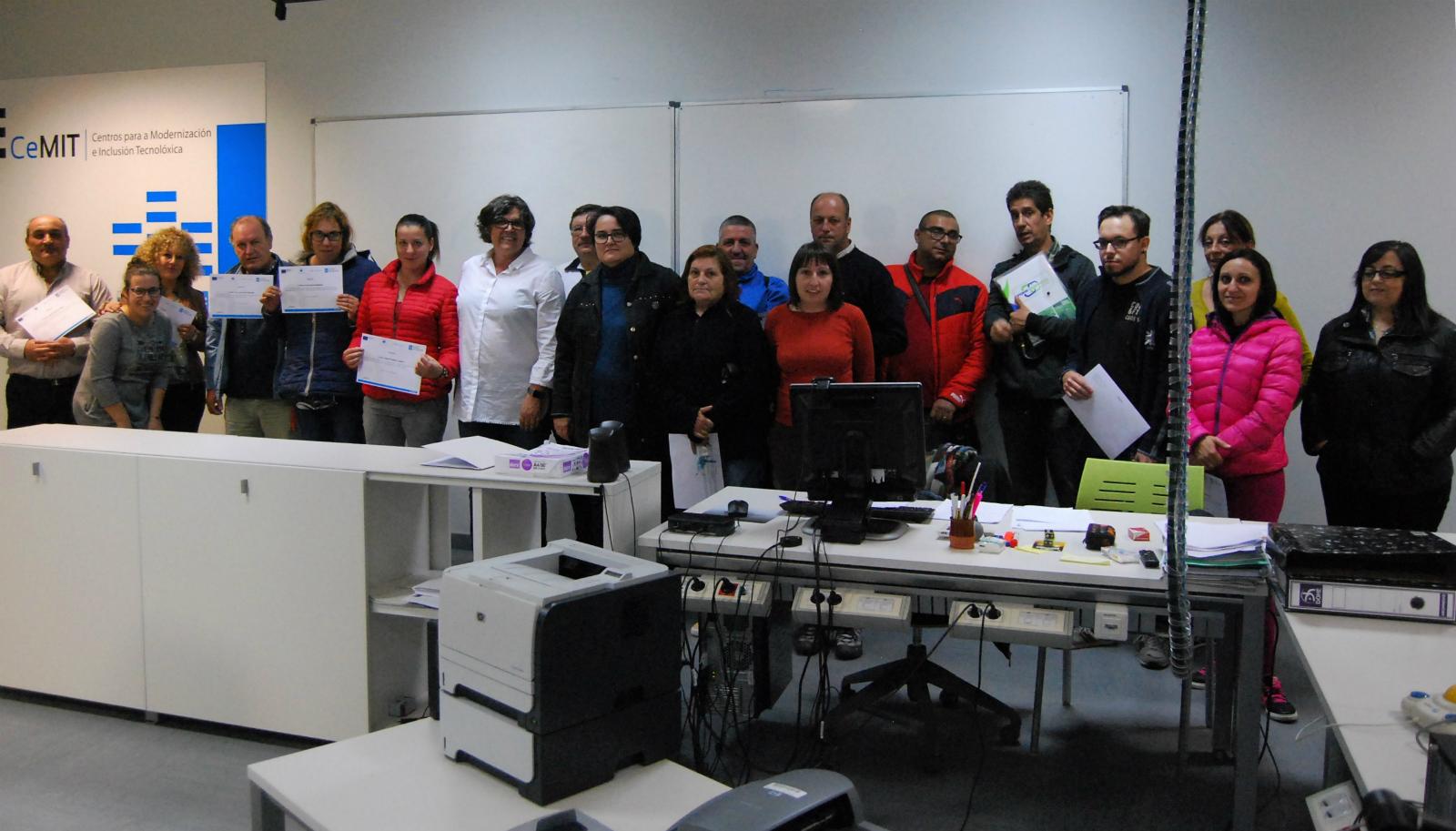 A alcaldesa entregou na Aula CeMIT do Porriño os diplomas ás veciñas e veciños que adquiriron coñecementos en OpenCart, deseño con  Qcad, edición ou creación de páxinas web con Wordpress