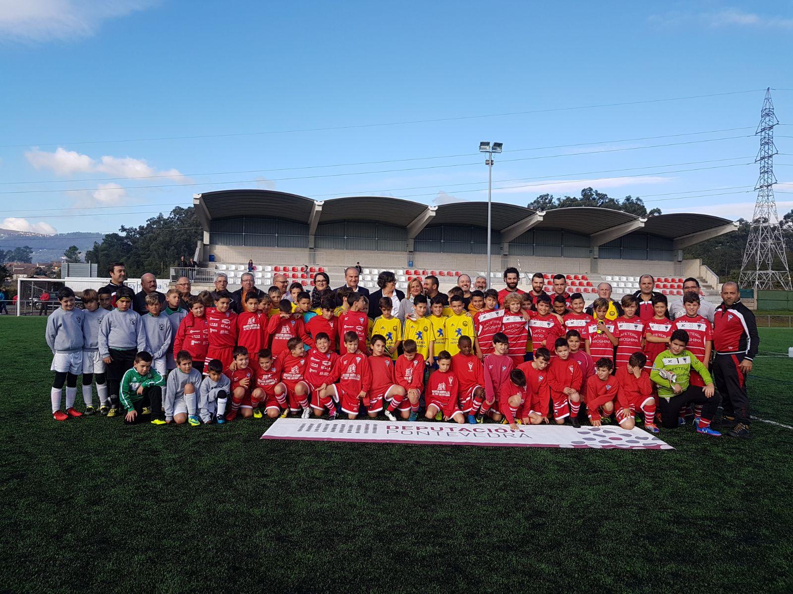 A presidenta da Deputación, acompañada pola alcaldesa, Eva García de la Torre, inaugura as melloras do Campo de Fútbol do Carballo, en Atios