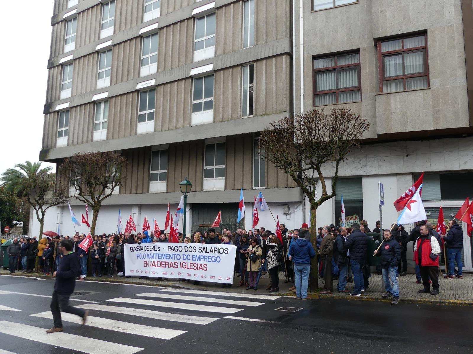 As traballadoras e traballadores de Maderas Iglesias tentan que os grupos políticos do Parlamento de Galicia eviten o despido de 140 empregados ou o peche da empresa