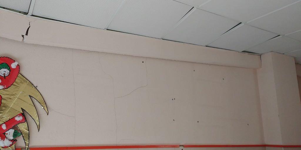 A alcaldesa ordea o peche da última planta do CEIP da Ribeira, logo de que se desprendese parte do teito, e esixe á Xunta que asuma a súa competencia e deixe de recortar no mantemento dos centros educativos do Porriño