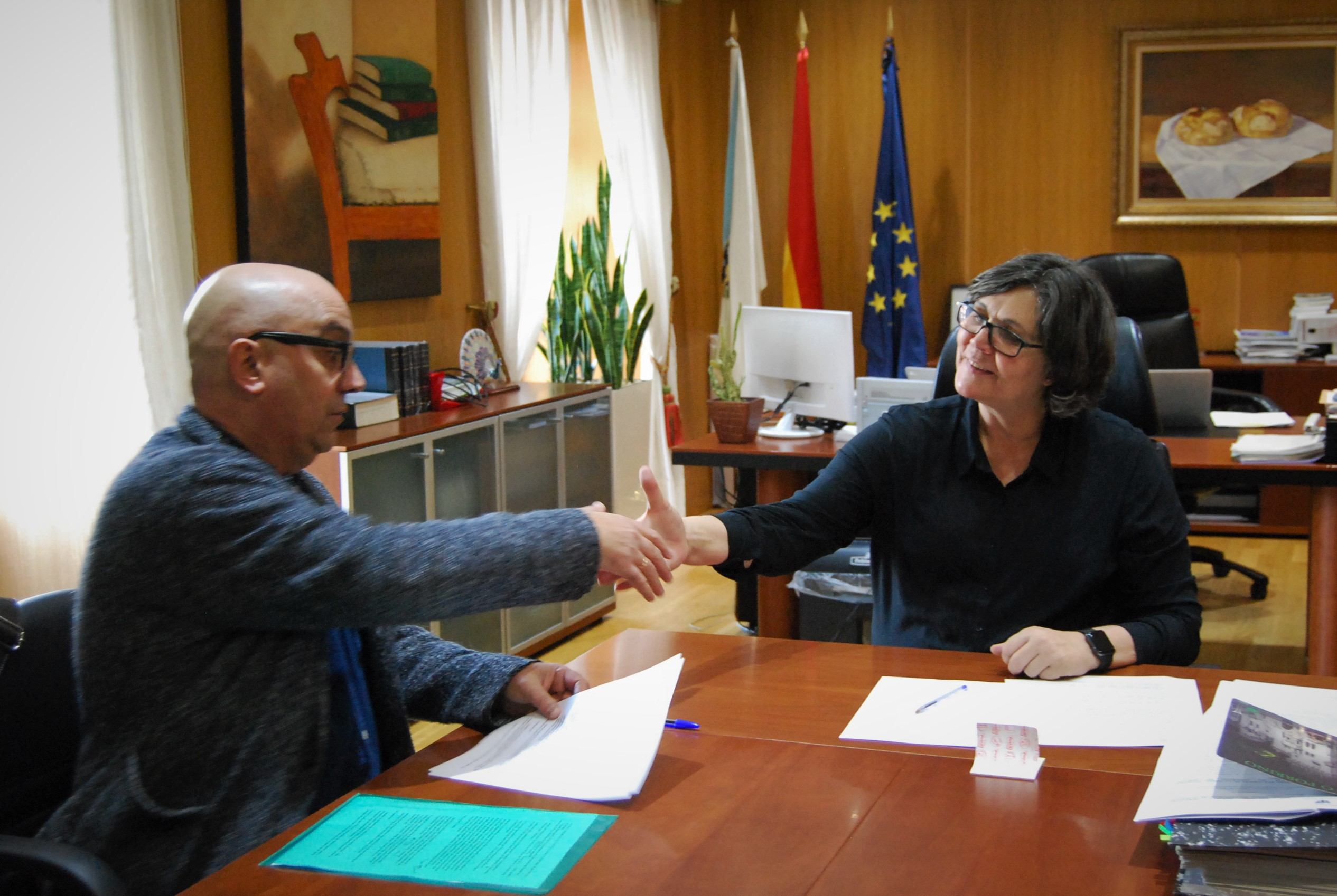 Eva García de la Torre e Pedro Ocampo, voceiro do Grupo Municipal de EU-SON, asinan un acordo para aprobar os orzamentos municipais de 2018