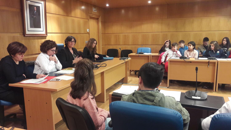 A alcaldesa e a concelleira de Educación reúnense coas voceiros e voceiras dos centros de ensino do Porriño para preparar o Pleno infantil
