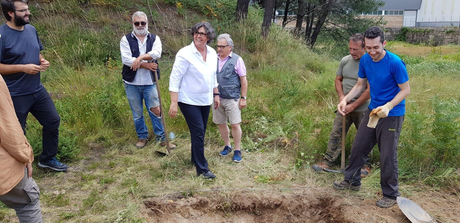 A alcaldesa visita o xacemento paleolítico das Gándaras de Budiño no que se retomaron, logo de máis de 20 anos, os traballos arqueolóxicos, nos que colabora o Concello do Porriño