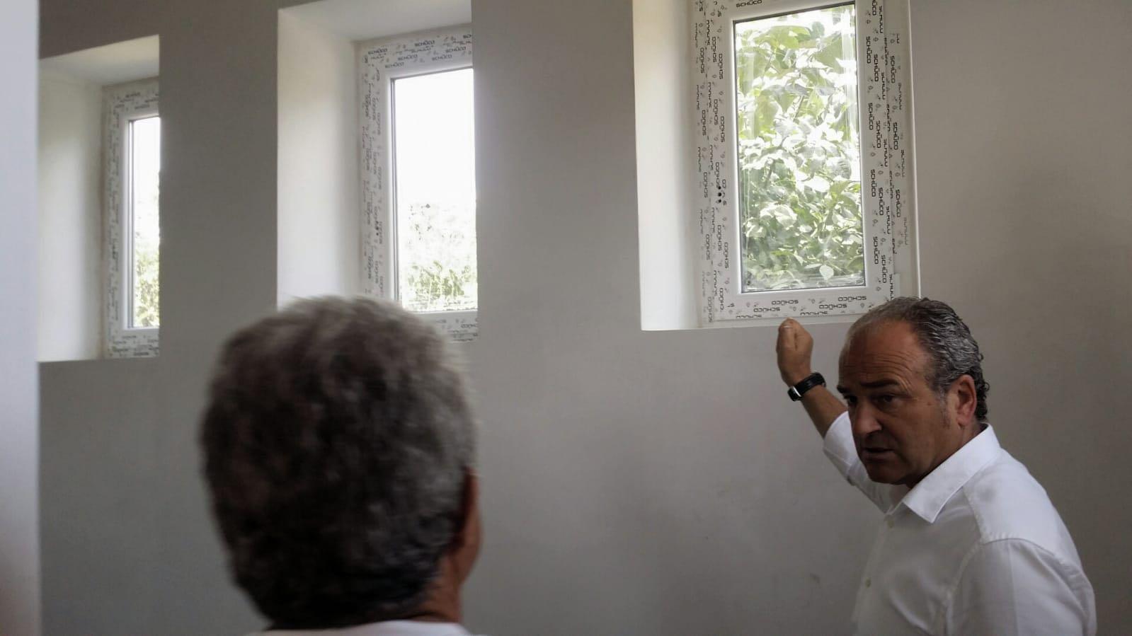 Os traballos de recuperación da antiga Escola Unitaria de Covelo, en Atios, a piques de rematar, logo da colocación das novas fiestras, portas e persianas