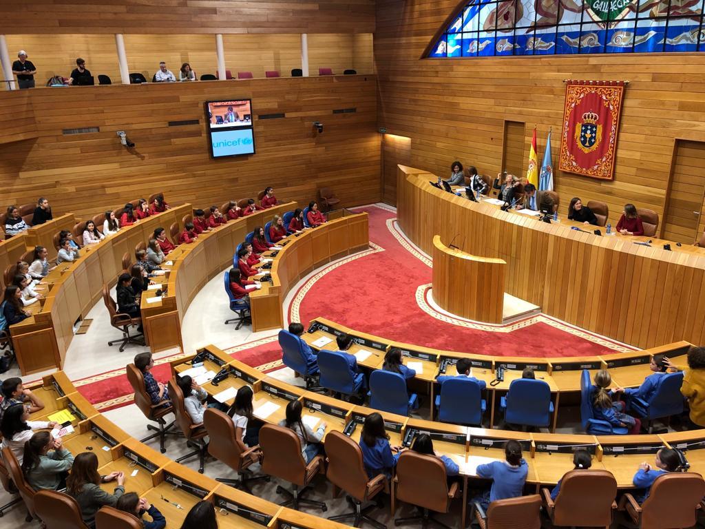 Nenas e nenos, integrantes do 'Consello Municipal da Infancia' do Porriño, interveñen no Foro de Participación Infantil do Parlamento de Galicia antes do Pleno Infantil do vindeiro día 20