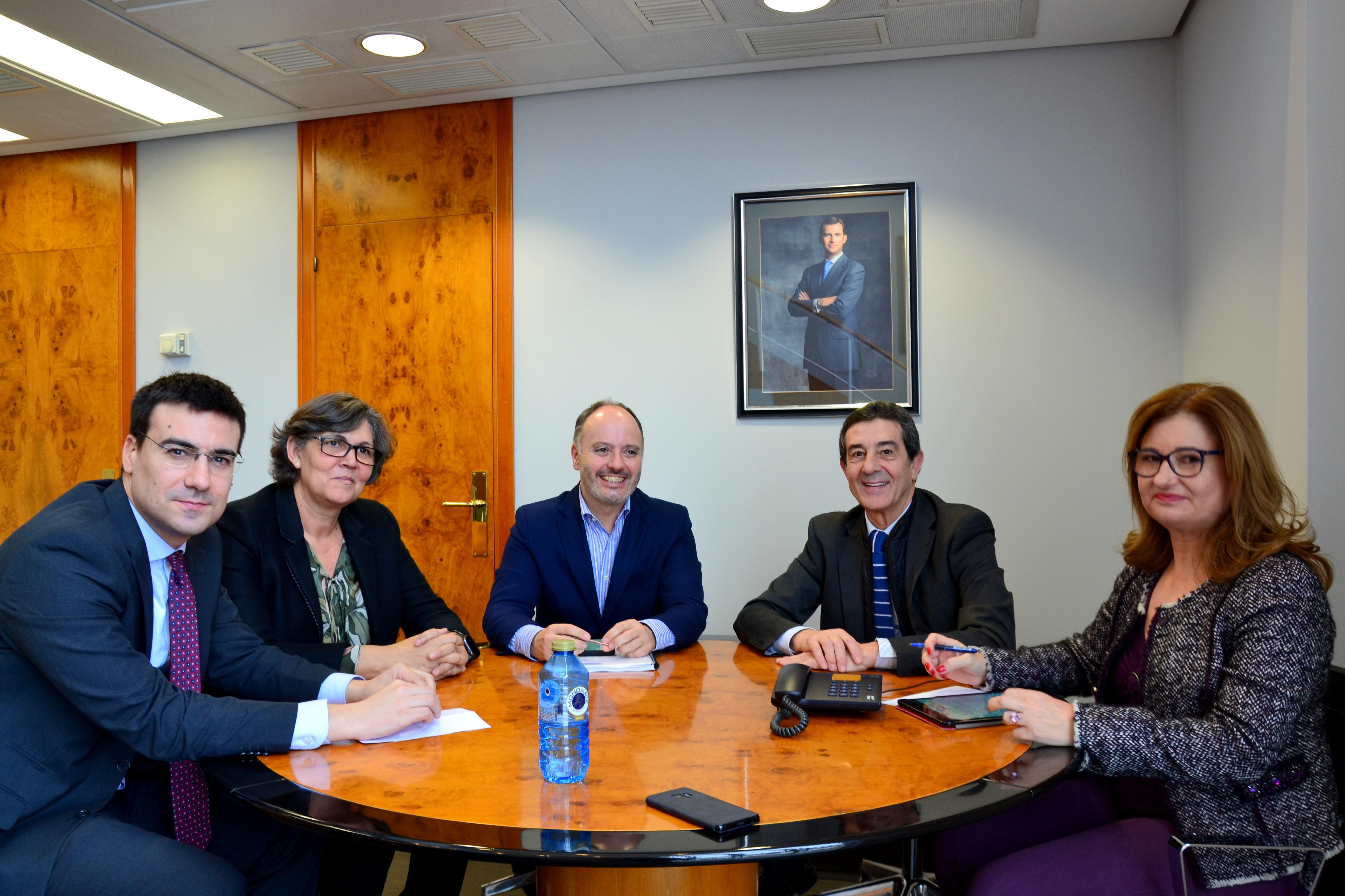 A alcaldesa e o delegado de Zona Franca, xunto co presidente e o xerente da Granxa consideran a radicacion de novas empresas no polígoo e a apertura da demandada gardería infantil no mesmo