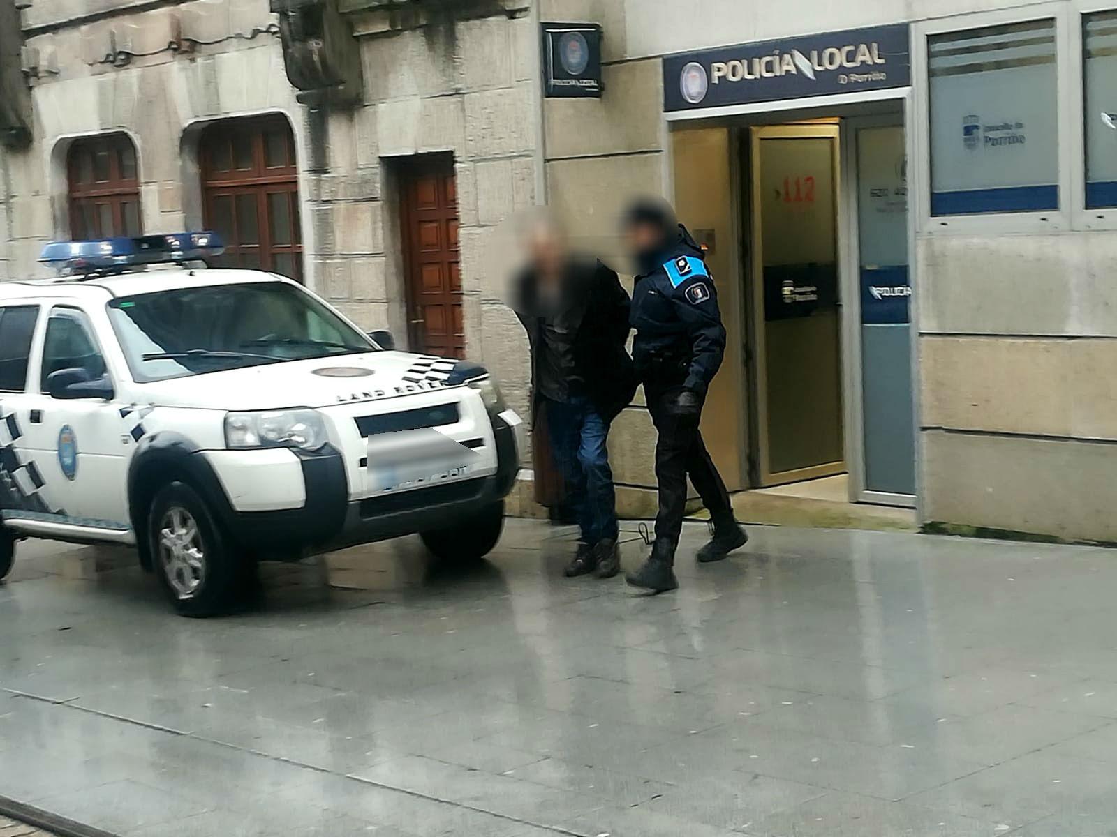 A Policía Local desartella dous puntos de venda de droga e detén a un individuo relacionado co trapicheo de estupefacientes, que levaban 5 anos fuxido da xustiza