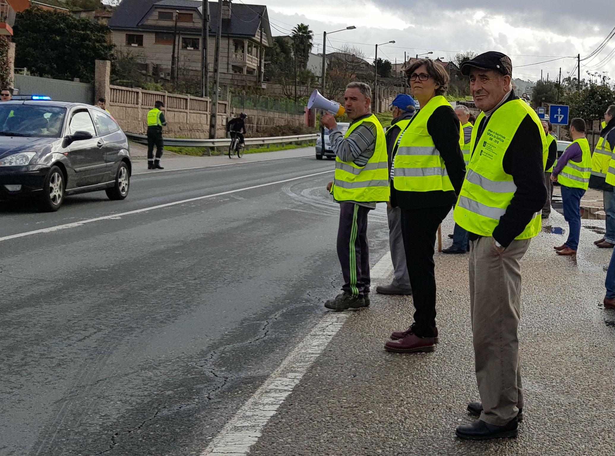 """A alcaldesa acompaña aos veciños da Vaquería, na súa manifestación na PO-510, logo de estudar unha proposta que presentar á Xunta de Galicia para este barrio que """"fica dividido por unha liña continua"""""""