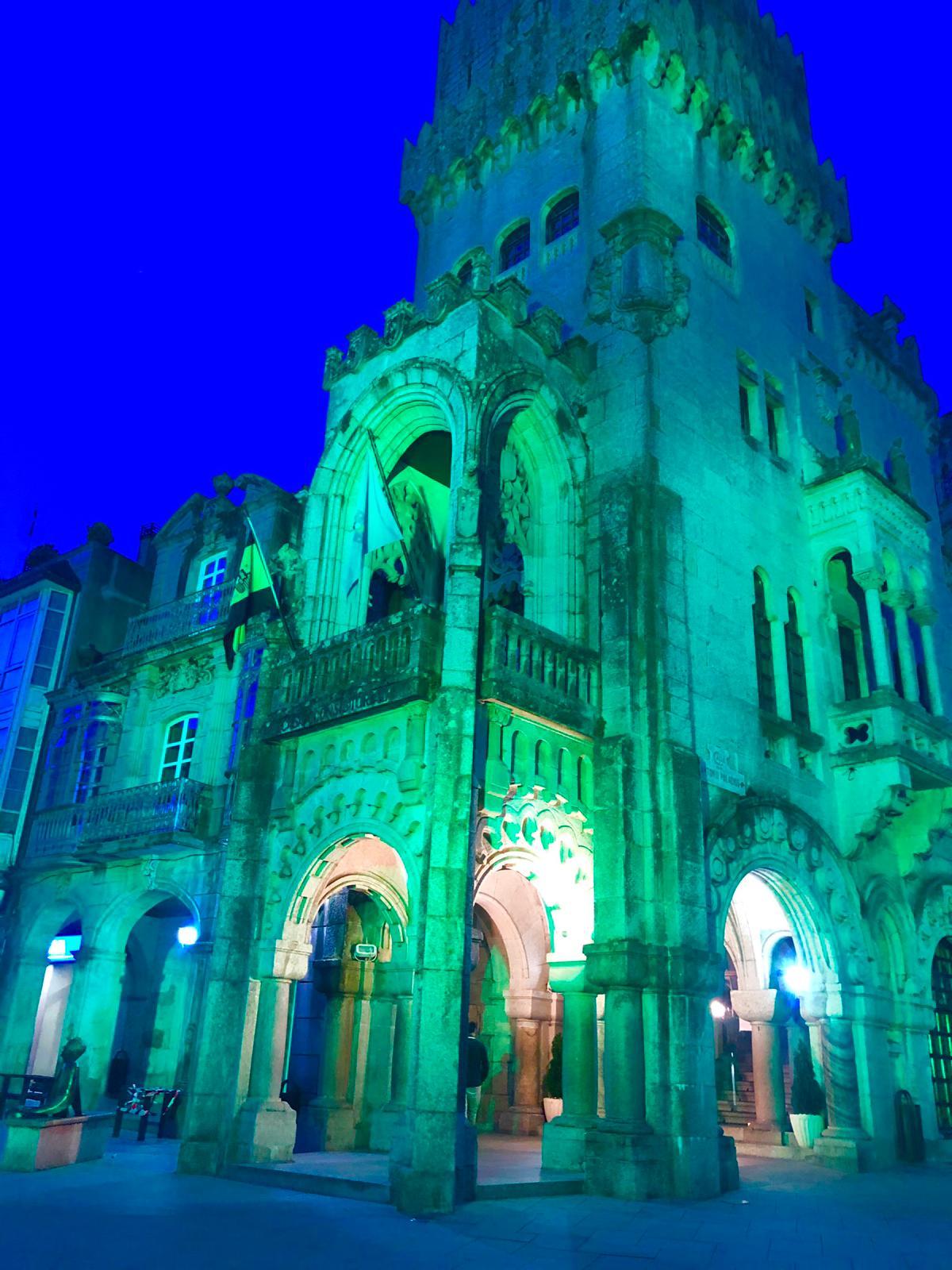 """O edificio do Concello do Porriño alumeado en verde polo Día Mundial da """"ELA"""""""