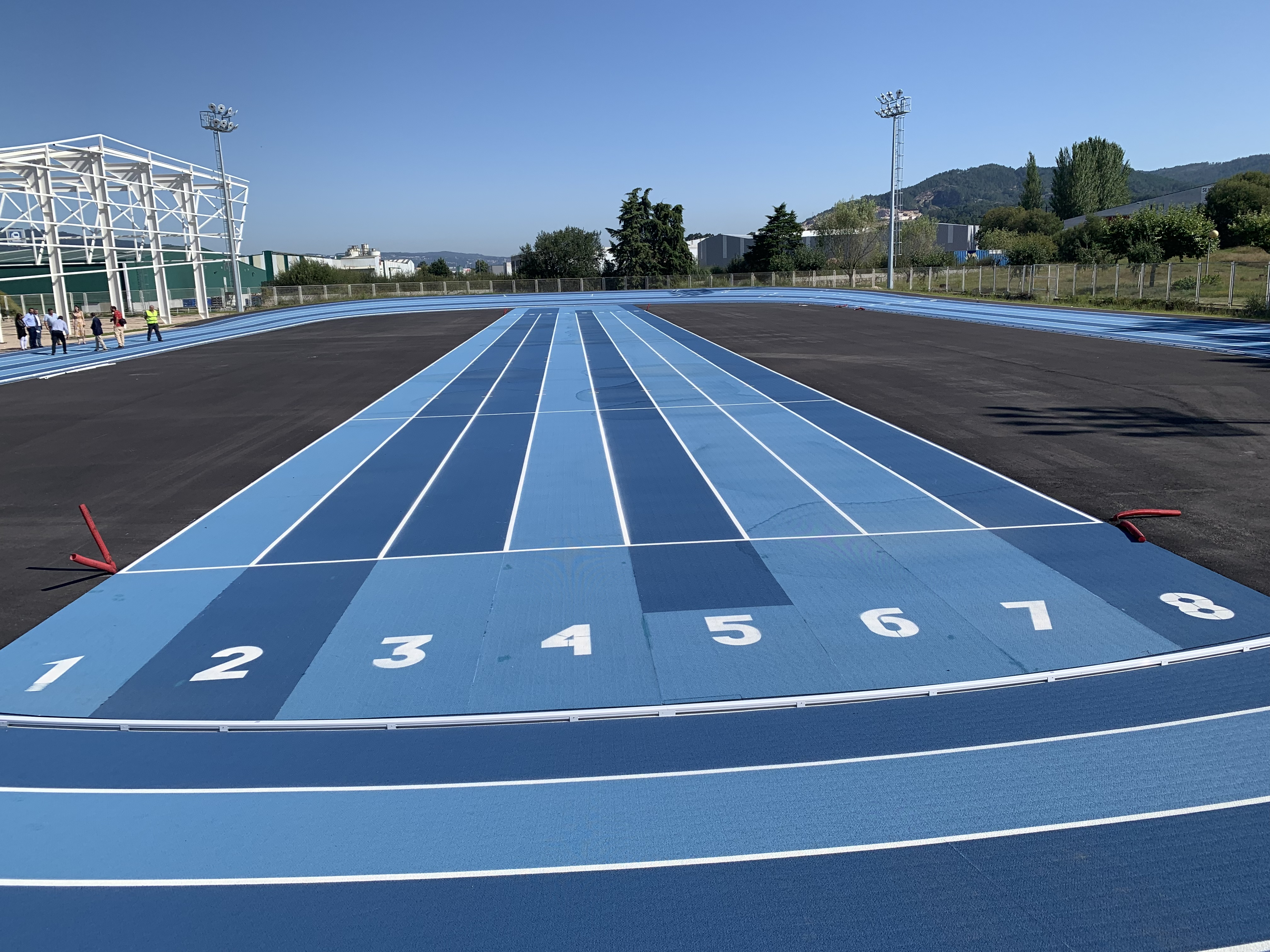 Unha comitiva da Deputación pondera a excelencia das pistas e módulo de atletismo de Porriño