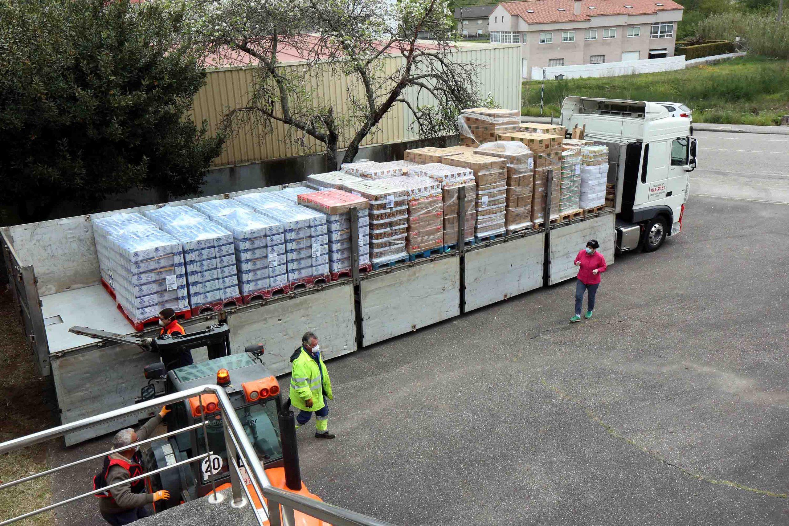 Hoxe recibironse 21 toneladas de alimentos doados por industrias do sector alimentario e pola Cruz Vermella para abastecer ás familias máis necesitadas de Porriño