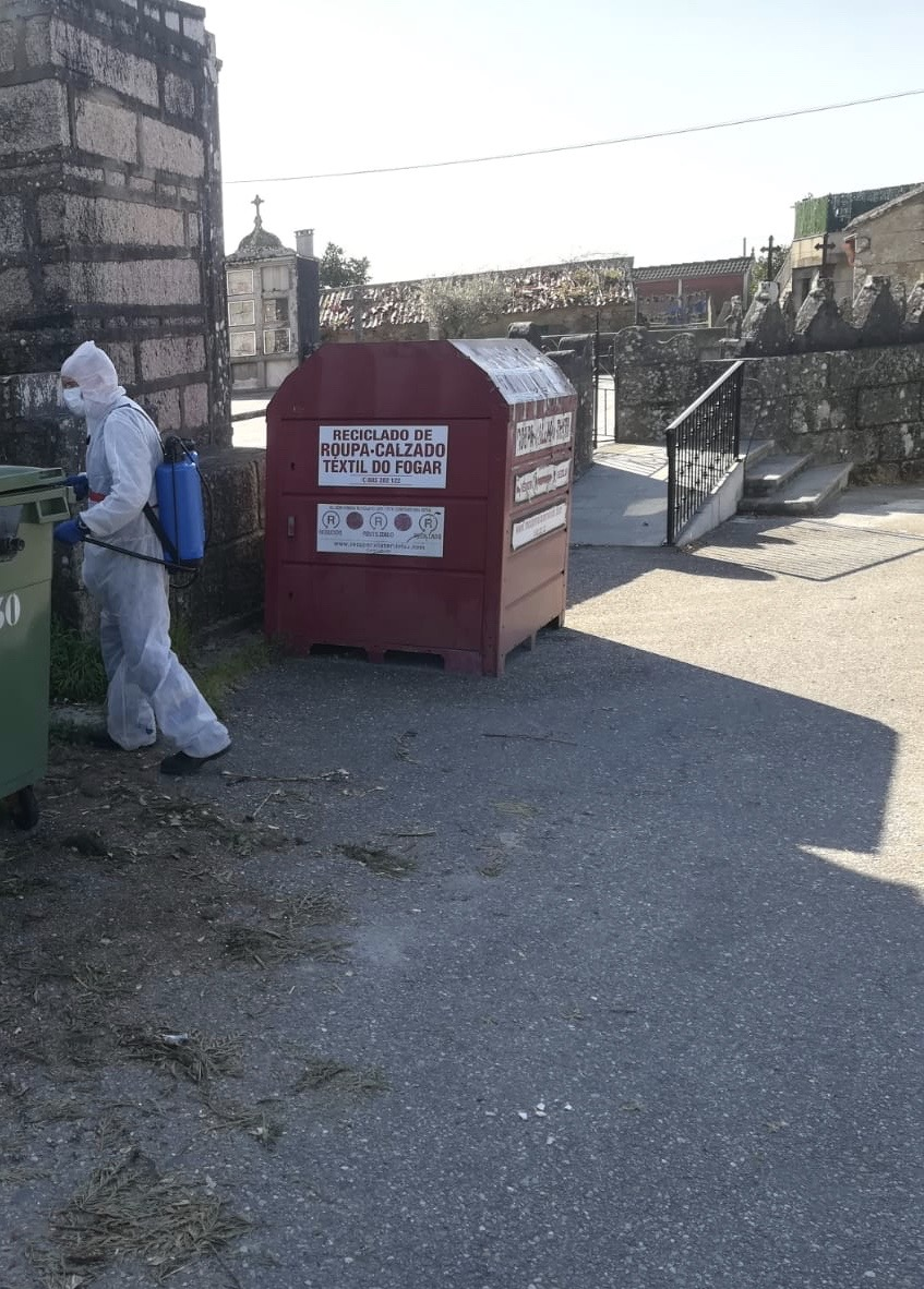 Precintaranse  os contenedores de roupa por falta de garantías sanitarias pola actual pandemia