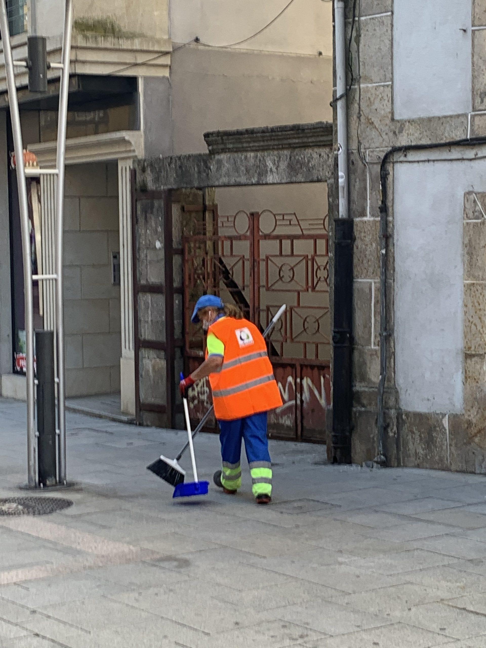 """""""Urbaser"""" comezou hoxe a prestar o servizo de limpeza viaria no Porriño"""