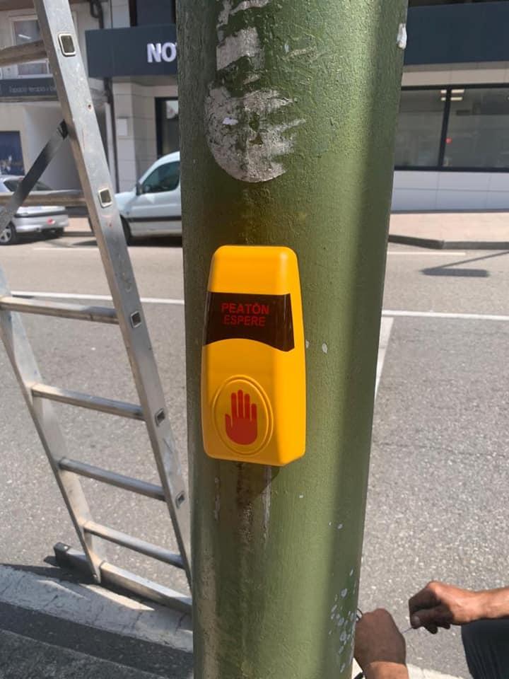 O Concello coloca botóns de proximidade para 8 semáforos en 4 cruces da vila