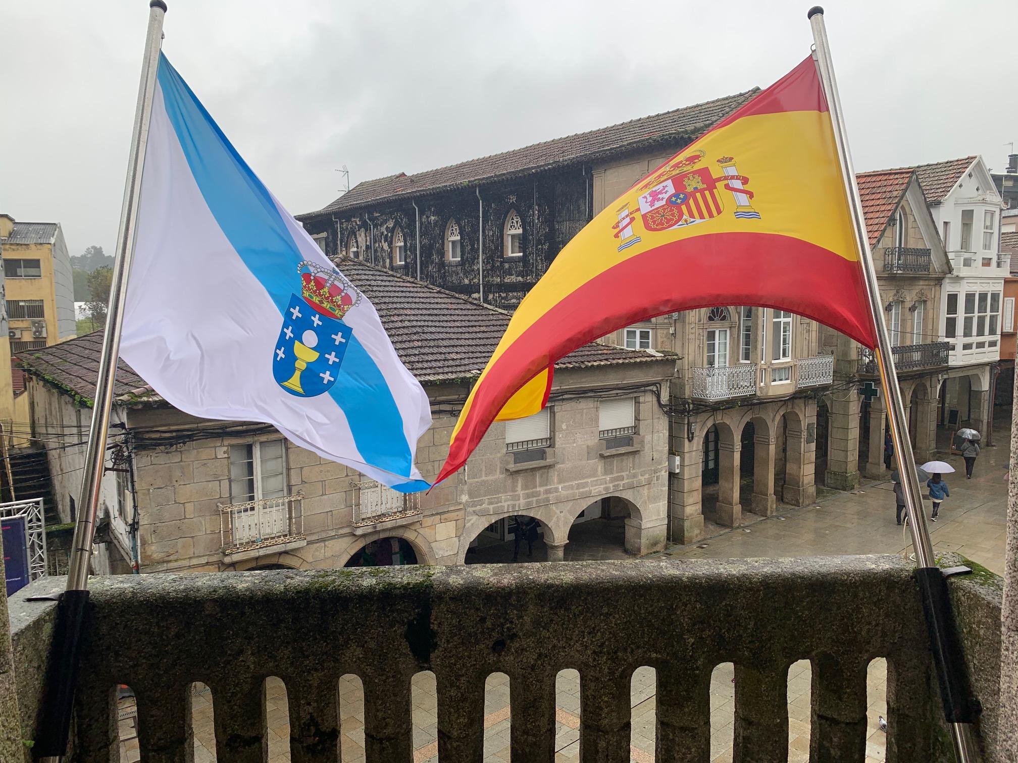 Renovados os postes das bandeiras no balcón principal do Concello