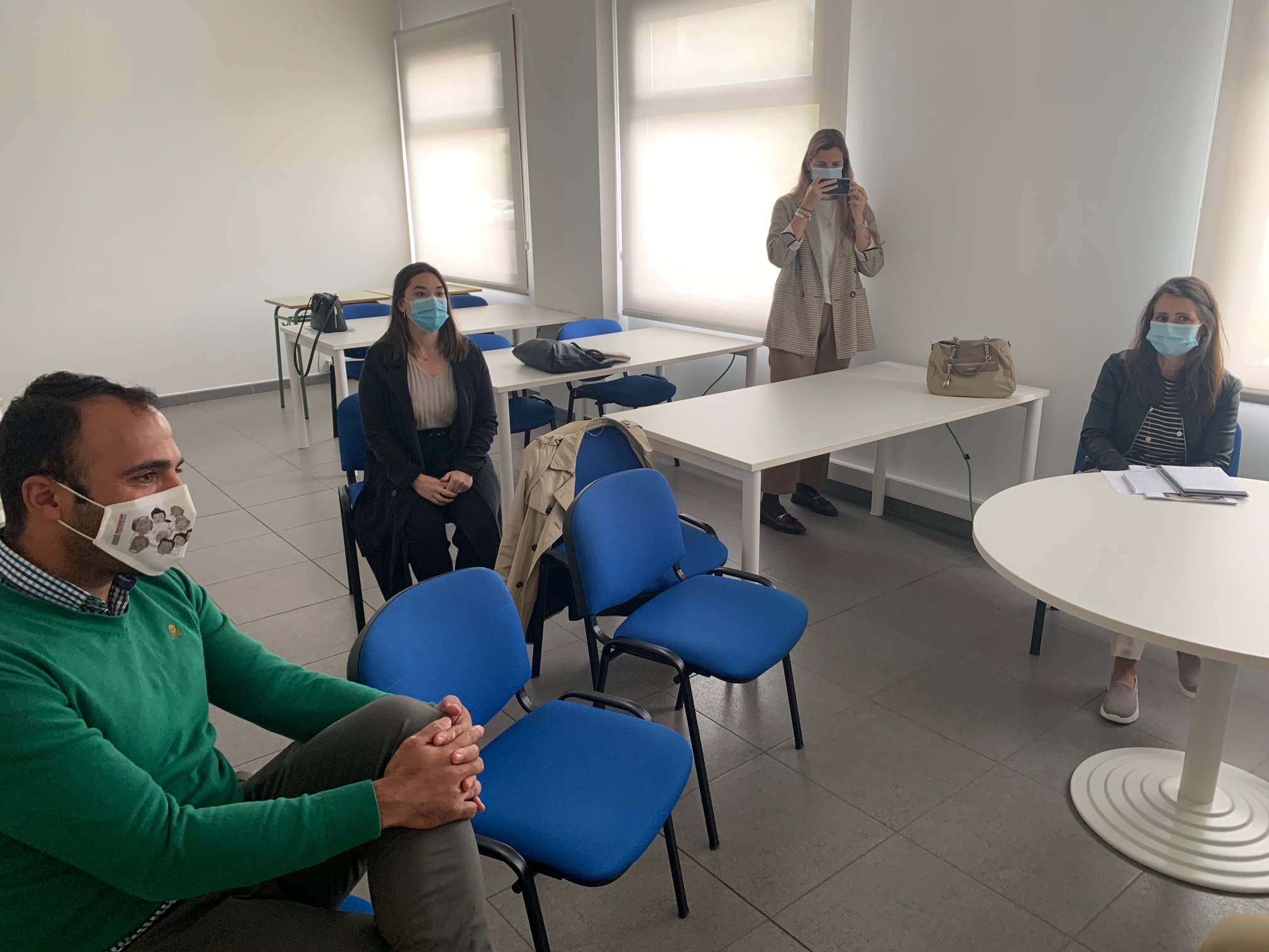 """A deputada provincial de Novas Tecnoloxías visitou a oficina """"SmartPeme"""" do Porriño"""