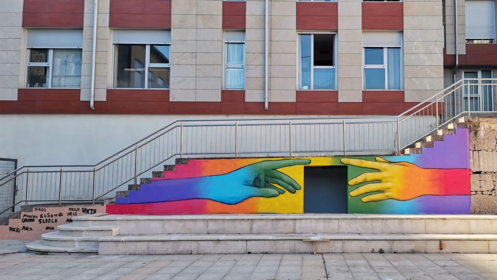 Mozas e mozos porriñeses fixeron a súa achega á conmemoración do Día do Orgullo, colaborando nun mural no Centro Cultural