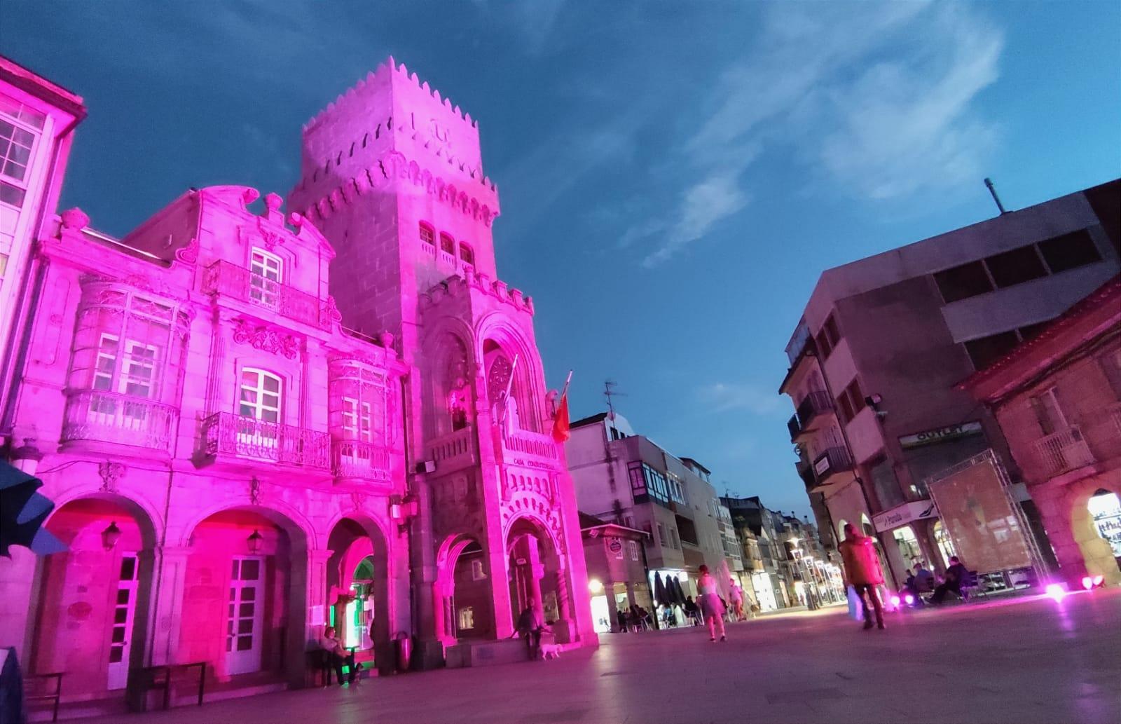 O edificio consistorial, alumeado en rosa para conmemorar o Día Mundial contra o Cancro de Mama